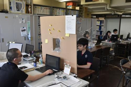 鳥取県の庁舎内、財政課の様子。「窓」には食品用ラップフィルムを張っている(写真:鳥取県)