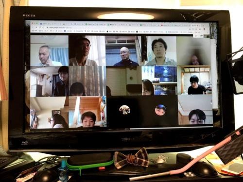 東京都内の専門工事会社A社では、テレワーク導入をきっかけに、社員全員がZoomを「つなぎっ放し」にして、社内コミュニケーションツールとして活用する取り組みを始めた(写真:大菅 力)