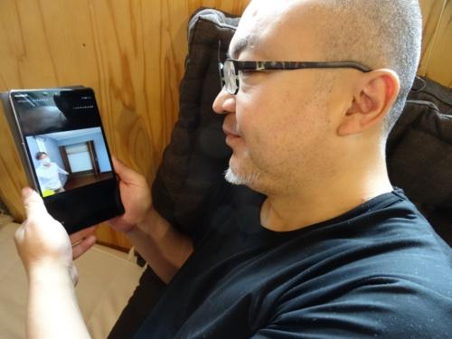 「リモート見学会」はパソコンだけでなく、スマートフォンやタブレット端末でも視聴できて手軽。写真は、実際にある見学会に参加してみた筆者(写真:大菅 力)