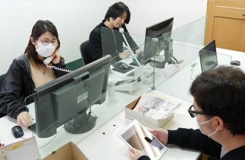 飛沫感染防止のため、職場の机を仕切った様子。OOKABE GLASSのガラスパーティション「飛沫ガード」を使った例(写真:OOKABE GLASS)