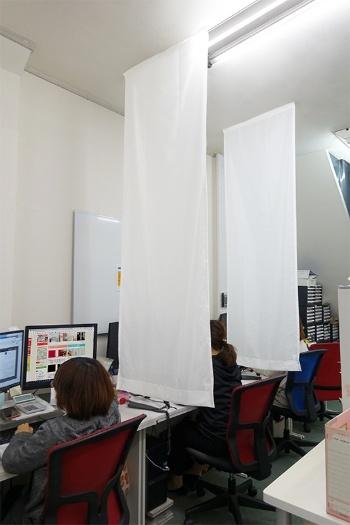 くれないのポリエステル製で防炎性能を備えた「間仕っく(マジック)レース」。天井に張るだけで簡単に設置できる。ネット直販価格(税別)は、幅70cm×丈180cmで3480円(写真:くれない)