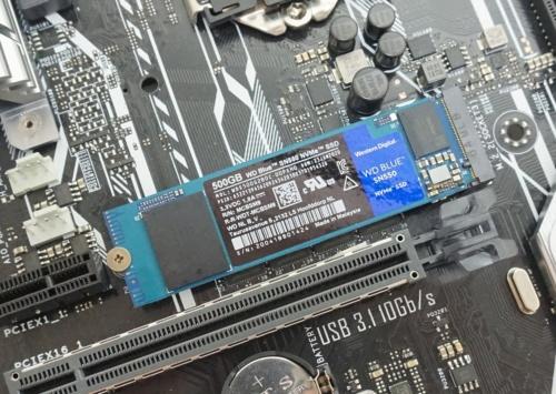 M.2対応SSD。細長い板状のSSDを基板上のM.2スロットに挿す