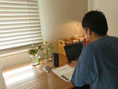 在宅勤務に取り組むアフラック生命保険の社員