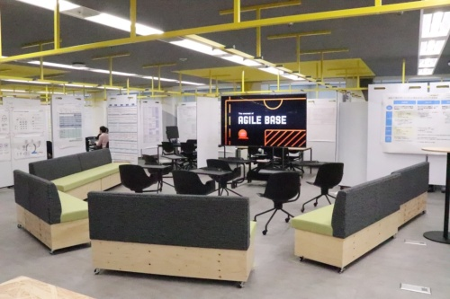 アフラック生命保険が2019年11月、東京本社に新設したアジャイル拠点「Aflac Agile Base」の様子。大型のディスプレーを設置して大勢で集まってディスカッションができるようにしたスペースもある