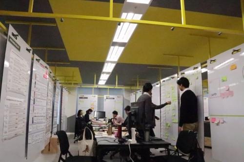 Aflac Agile Baseにあるプロジェクトルームの様子。天井のハンガーにボードをかけて間仕切りにしている