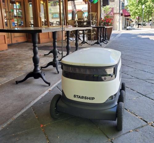 マウンテンビューのレストランの前で停車しているスターシップの配送ロボット