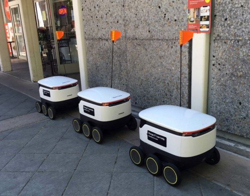 マウンテンビューの店舗前で停車している3台のスターシップの配送ロボット