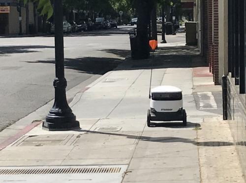 記者の元に向かってくる配送ロボット