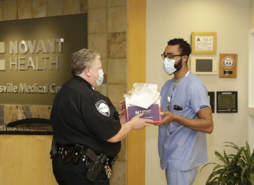 受け取った荷物を医療従事者に渡しているところ