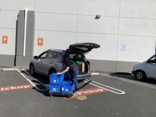 クルマのトランクに非接触で受け取れるウォルマートのピックアップサービス