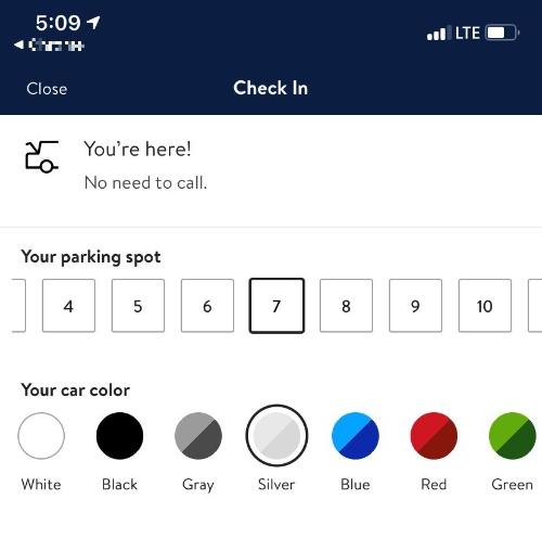 店舗外の所定位置に到着したらアプリを使い、自分の車を止めた場所の番号と、車体の色を選択して店舗側に連絡する
