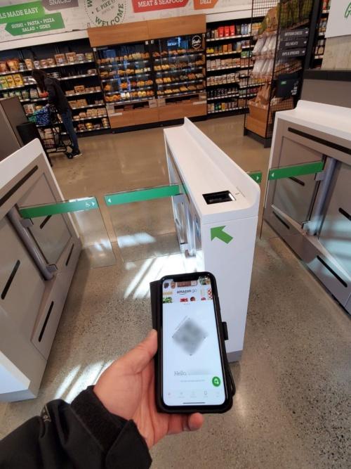 ゲートにアプリをかざして入店し、退店すると非接触で会計が完了する