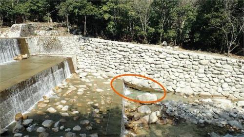 完成から数年後、根入れ不足による洗掘で延長7.5mにわたって基礎が露出した田光川の護岸。2019年3月に撮影(写真:三重県)