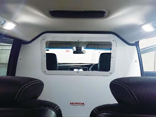 図1 ホンダが開発した感染者移送車両の車内