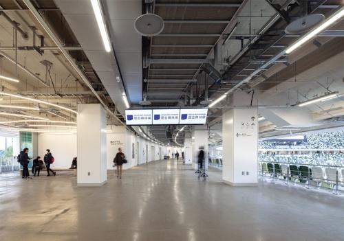 3階コンコース。1層目スタンドを除くスタンド本体部分では地下2階から地上1階にオイルダンパー、地上2階から4階に鉄骨ブレースを設置した(写真:吉田 誠)