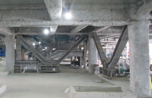 低層部に設けたオイルダンパー(写真:JSC)