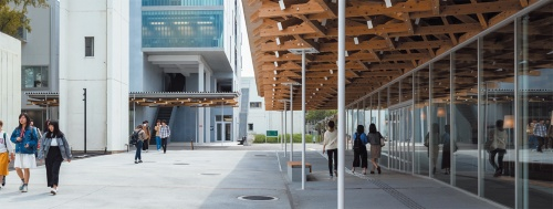 図書館側から芸術デザイン棟(増築部)方向を見る(写真:小川重雄)