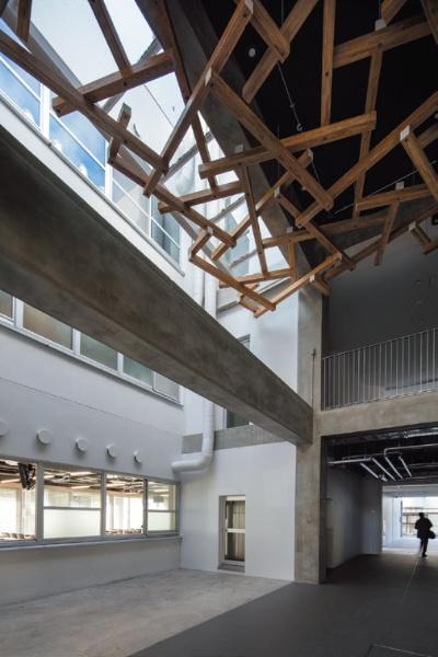既存校舎のリノベーションよって半外部化した共用空間を生み出した(写真:小川重雄)