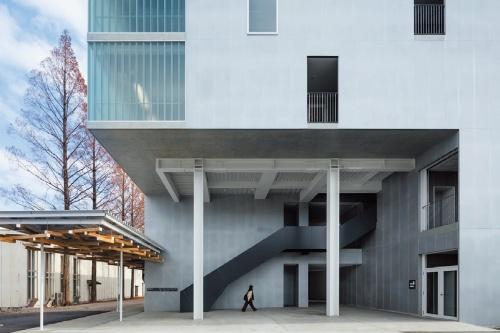 芸術デザイン棟増築棟のピロティ(写真:小川重雄)