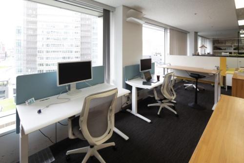 オカムラのオフィスの様子。2020年6月18日に撮影した。もともと対面で並んでいた座席を窓へ向くようにした(写真:安川 千秋)