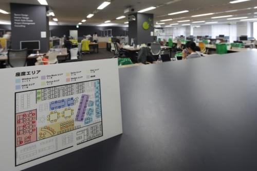 オカムラのオフィスの様子。2020年6月18日に撮影した。写真左にあるパネルで丸印が付いている席だけを使用できる。使用可能座席をあらかじめ決めて、出社する人が座席を予約するシステムを導入している(写真:安川 千秋)