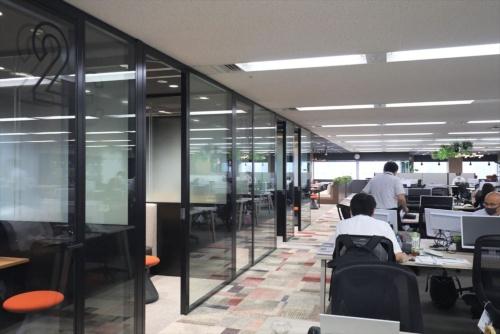 コロナ禍でリニューアルしたJ-オイルミルズの新オフィス。ABWのコンセプトを取り入れ、業務内容に応じて働く時間と場所を自由に選べるよう、様々な空間が用意されている(写真:都築 雅人)