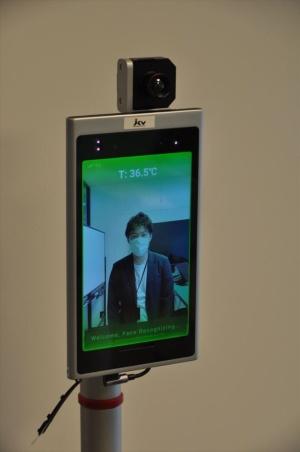 AI顔認証端末の上にサーマルカメラを組み込んでいる(写真:日経クロステック)