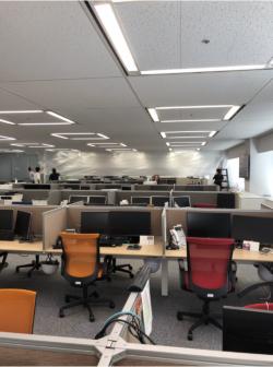 広いオフィスは、400m2程度に区画するため養生する(左)。準備が完了したら、噴霧器を各所に設置して噴霧を開始する(写真:コニカミノルタジャパン)