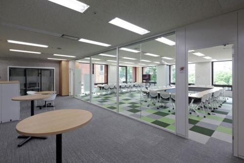 会議室をガラス張りにして、外から会議の様子が分かるようにした(写真:安川 千秋)