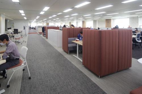 コミュニケーションスペースの様子。写真左側に吹き抜けがある(写真:安川 千秋)