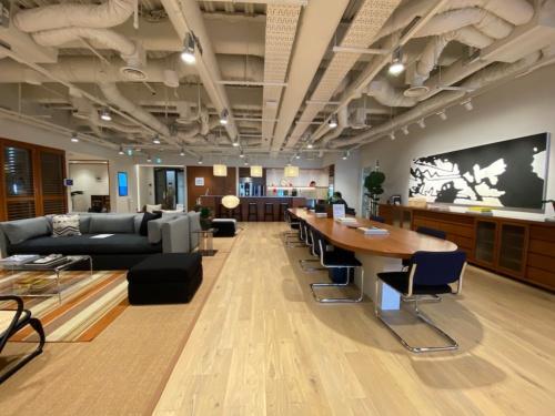 PayPayは新オフィスを神谷町トラストタワーのWeWorkに移転した。写真は同フロアのWeWorkが提供するコミュニティーエリア(写真:日経クロステック)