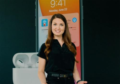 AirPodsファームウエアのシニアエンジニアであるMary-Ann Ionascu氏。AirPods/AirPods Proの新機能についてプレゼンした