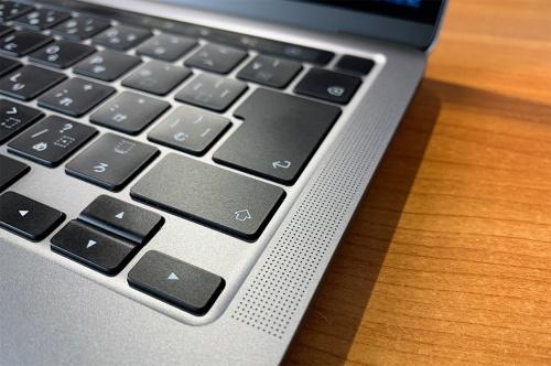 macOS Catalinaは、Dolby Atmosなどの立体音響に対応。MacBook Proの両脇の小型スピーカーでも没入感を得て映画などを楽しむことができる