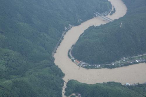 球磨川の空撮写真。流失した深水橋付近。7月4日撮影(写真:国土地理院)