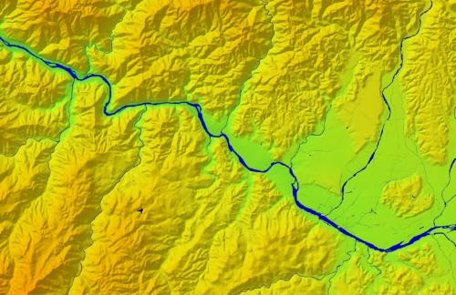 球磨川の上流域(右)と中流域(左)の境界付近をデジタル標高地形図で見る(資料:国土地理院)