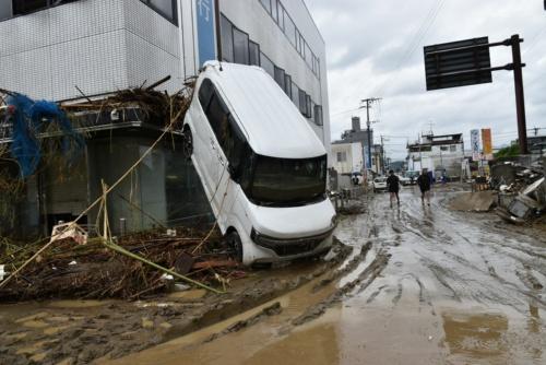 """肥後銀行人吉支店。熊本大学くまもと水循環・減災研究教育センターが現地調査したところ、付近は4.3mの浸水深だった。浸水時に流されてきた車が""""立ち往生""""して入り口付近を塞いでいた(写真:日経クロステック)"""