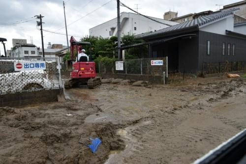 7月7日の時点で市街地内の水はほとんど引いていたが、一緒に流れてきた土砂が道路を覆っていた(写真:日経クロステック)