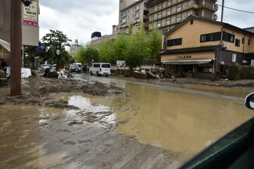 球磨川の近くの和菓子屋がある交差点では、水がたまっていた(写真:日経クロステック)