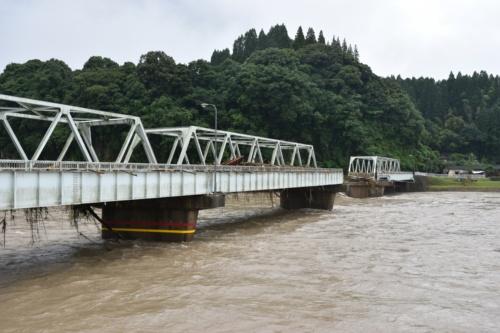 人吉市にある県道15号人吉水俣線の西瀬橋。熊本県によると、長さは174m、幅6.2m。右岸(写真左)から3径間目の上部構造の一部が流失した。人気アニメ「夏目友人帳」のモデルとなった場所として、多くのアニメファンが訪れていたという(写真:日経クロステック)