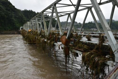 西瀬橋の上流側には、大量の流木や草が引っかかっていた(写真:日経クロステック)