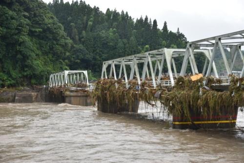 人吉市に架かる西瀬橋は1967年に完成。4径間のトラスのうち1径間が流失した。流木が積もっていることから、水位が橋面付近の高さまで上昇したとみられる(写真:日経クロステック)