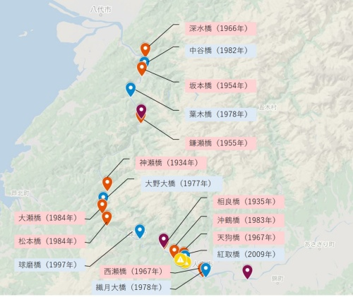 Googlemap上に、球磨川の本流に架かる道路橋などをプロットした。赤は流失(部分的な流出を含む)、青は残存を示す。紫は流失した鉄道橋で、黄色は破堤箇所。カッコ内は建設年。国土交通省九州地方整備局の資料などを基に日経クロステックが作成