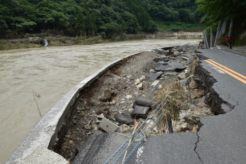 路面全体が陥没した国道219号。左を流れる球磨川の氾濫の爪痕だ。2020年7月8日撮影(写真:日経クロステック)