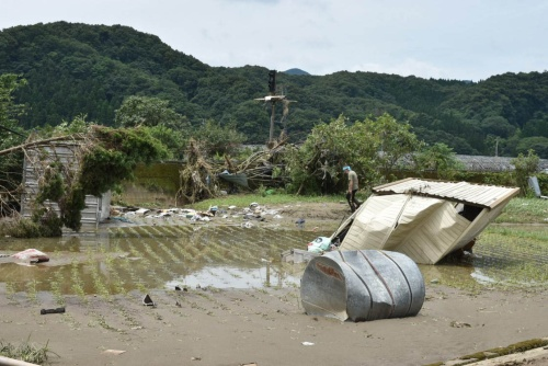 JR渡駅付近の農地。住民が肩を落としてたたずんでいる。2020年7月8日撮影(写真:日経クロステック)