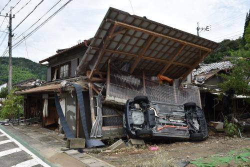 JR渡駅付近の住宅。球磨川の氾濫時に横転したと見られる車がそのままになっていた。2020年7月8日撮影(写真:日経クロステック)