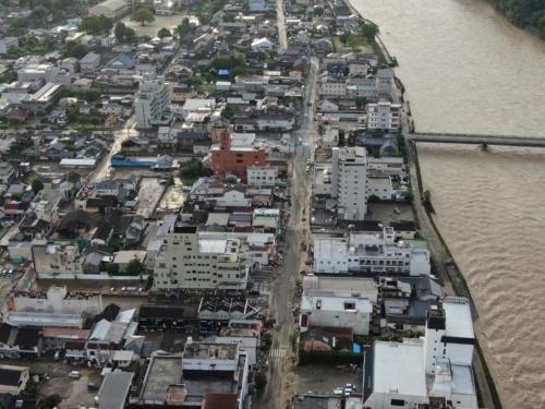 右側に見えるのが球磨川。7月8日午前6時ごろに撮影した(写真:速永工務店)