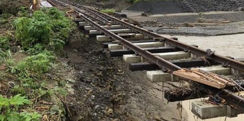 盛り土が流出した肥薩線の「小川橋梁」付近(写真:JR九州)