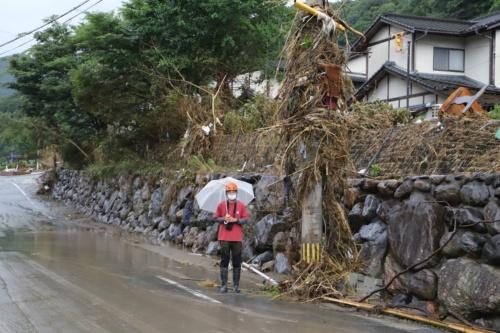 串刺し状の建物から県道を挟んだ隣の電柱。上部にまで草が絡みついている。熊本大学くまもと水循環・減災研究教育センターが7月12日に実施した調査によると、坂本での浸水位は地上5.4mに達した模様(写真:水源地環境センター)