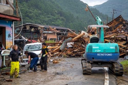 渡の集落内を相良橋に向かう道路。前方が下流側。流木の作用も加わり破壊されたとみられる家屋が道路を塞いでいた。7月10日撮影(写真:水源地環境センター)