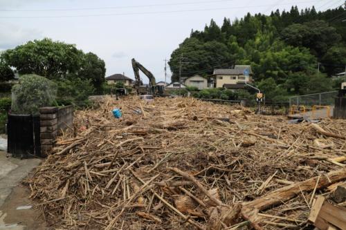 人吉市の西瀬地区と上薩摩町を結ぶ西瀬橋付近。写真は西瀬町側(球磨川左岸側)から撮影した。自衛隊が出動し流木の除去作業を行っているところ。7月8日撮影(写真:水源地環境センター)